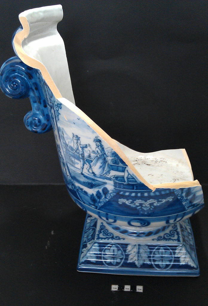 Delft Urn A – damage front view