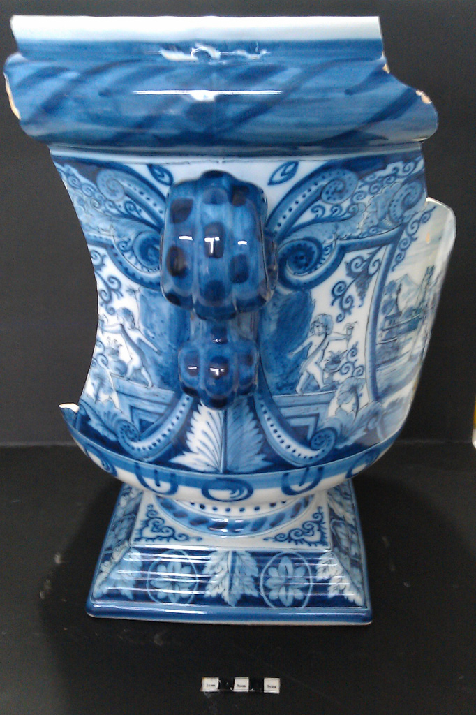 Delft Urn A – damage right side view