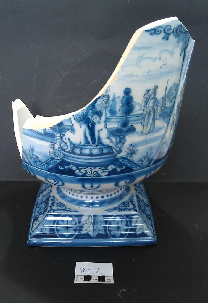 Delft Urn B – damage right side view