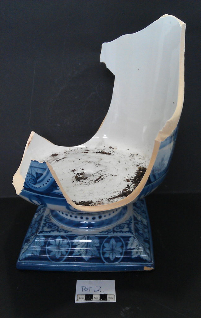 Delft Urn B – damage rear view