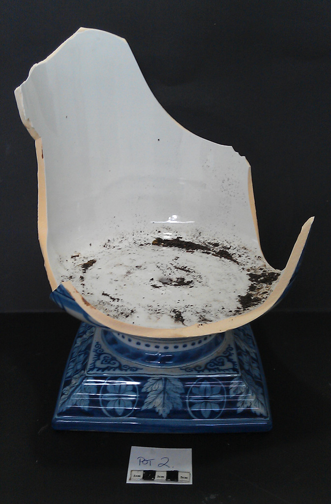 Delft Urn B – damage left side view